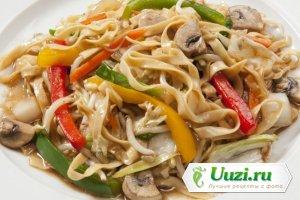 Китайская лапша с грибами и овощами в сковороде вок Изображение