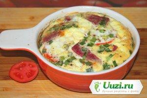 Омлет с помидорами, салями зеленым луком Изображение