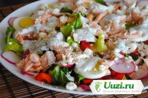 Салат с лососем и йогуртово-укропной заправкой Изображение