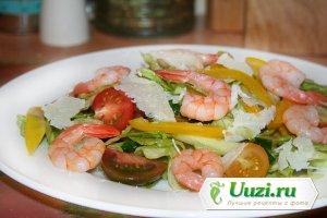 Салат овощной с креветками и сыром Изображение