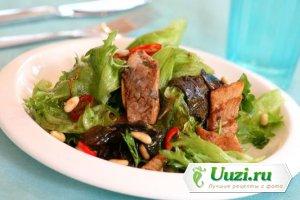 Салат с теплой сельдью и салатными листьями Изображение