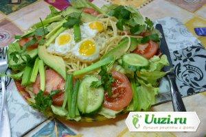 Спагетти с овощами и перепелиными яйцами Изображение