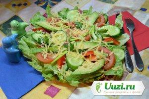 Салат из свежих овощей и сыра Изображение