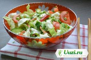 Вкусный салат из свежих овощей с сыром моццарелла Изображение