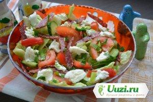 Вкусный салат с колбасой и сыром Изображение