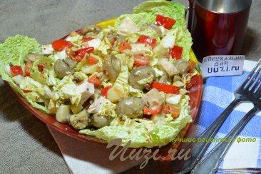 Салат с курицей и грибами Изображение