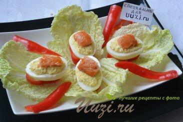 Яйца фаршированные с красной рыбой Изображение