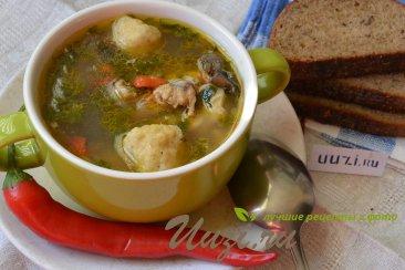 Куриный суп с сырными клецками и грибами Изображение