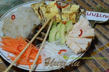 Салат с рисовой лапшой и куриным мясом Изображение