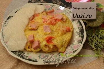 Омлет с лапшой и колбасой. Изображение