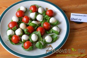 Салат с помидорами черри и сыром моцарелла Изображение