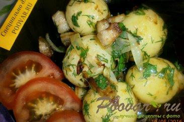 Молодой картофель с салом и луком Изображение