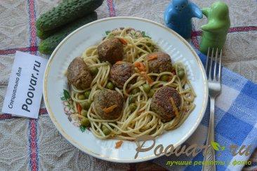 Фрикадельки с зеленым горошком и спагетти Изображение