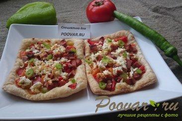 Пицца из слоеного теста с колбасой Изображение