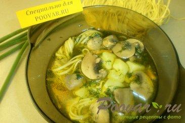 Суп с грибами и яичной лапшой Изображение