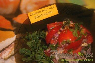 Салат с орехами и помидорами Изображение