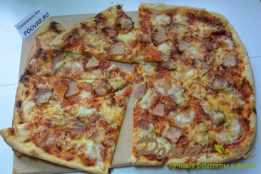Пицца из слоеного дрожжевого теста с сыром Изображение