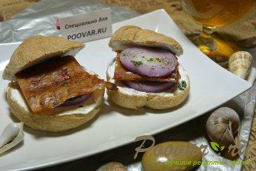 Бутерброды с маринованным луком и рыбой Изображение