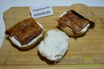 Бутерброды с маринованным луком и рыбой Шаг 6 (картинка)