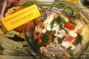 Салат с курицей, помидорами и сыром Изображение