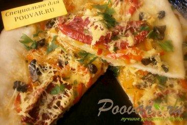 Пицца с жареным перцем и вялеными помидорами Изображение