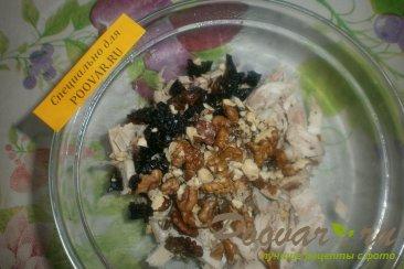 Салат с курицей, черносливом и орехами Шаг 4 (картинка)