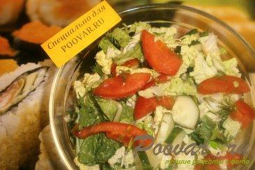 Салат из пекинской капусты, помидоров и огурцов Изображение