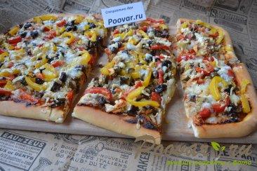 Пицца с курицей и грибами Изображение