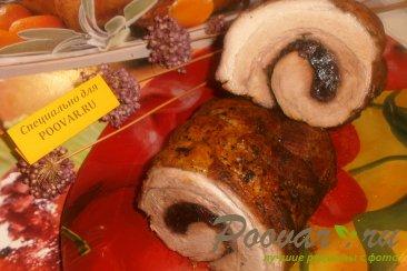 Рулет из грудинки с вяленой вишней и черносливом Изображение