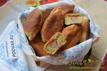 Жареные пирожки с сосиской и картошкой Изображение