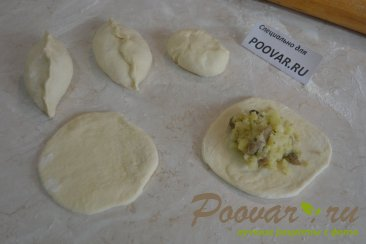 Пирожки жаренные с картошкой и грибами Шаг 7 (картинка)