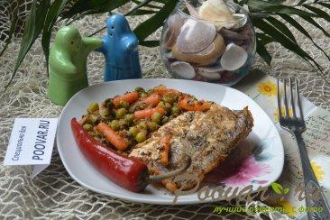 Жареная рыба на сковороде с замороженными овощами Изображение