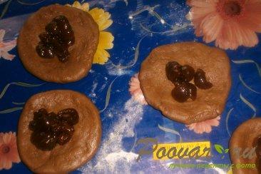 Шоколадные пирожки с вишней Шаг 5 (картинка)