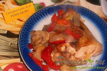 Жареная курица с луком, грибами и перцем Изображение