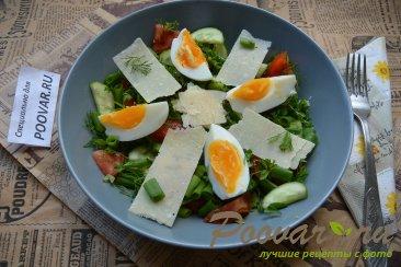 Овощной салат с сыром и яйцом Изображение