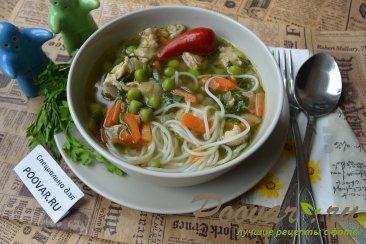 Суп с рисовой лапшой и мясом Изображение