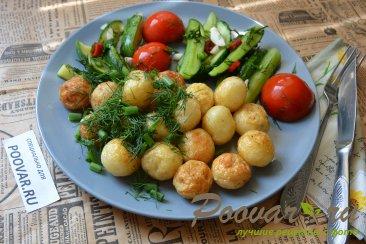 Молодая картошка жареная на сковороде целиком Изображение