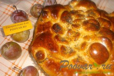 Пирог со сливой, орехами и изюмом Изображение