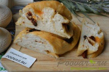 Хлеб-багет с вялеными помидорами и маслинами Изображение