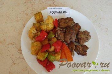 Куриная печень в духовке с овощами Изображение