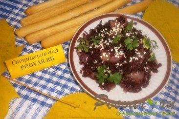 Салат из свеклы и жареного лука Изображение