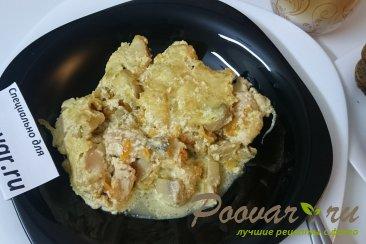 Жульен с курицей и грибами на сковороде Изображение