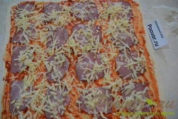 Рулетики из слоеного теста с колбасой и сыром Шаг 4 (картинка)