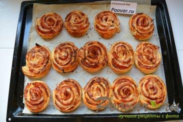 Рулетики из слоеного теста с колбасой и сыром Шаг 8 (картинка)