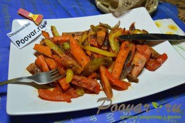 Жареный батат на сковороде с овощами Изображение
