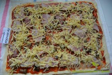 Пицца с грибами и колбасой Шаг 12 (картинка)