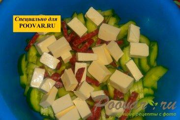 Салат из огурцов с колбасой и сыром Шаг 4 (картинка)
