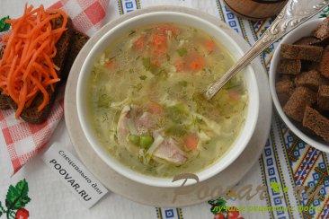 Куриный суп с лапшой и зеленым горошком Изображение