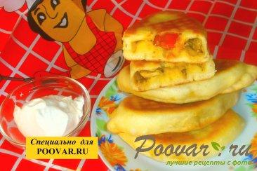 Жареные пирожки с луком и вялеными помидорами Изображение