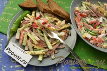 Овощной салат с сыром и колбасой Изображение